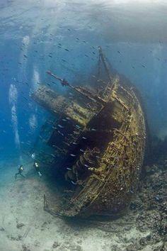 Barco hundido en el Mar Rojo.