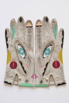 O projeto em andamento de Reiss transforma sua coleção de luvas de couro velhas em obras de arte brilhantes, utilizando simetria e imagens cósmicas para ligar o passado e o presente.