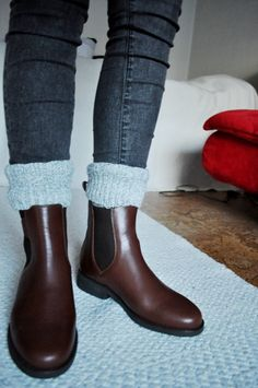Try out a more masculine look with the flat brown boots and skinny jeans #boots www.thestyleup.com