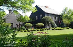 Bildergebnis für Saltboxhaus mit Portal - Modern Country home - Interieur Colonial House Exteriors, Colonial Style Homes, Colonial Architecture, Primitive Homes, Primitive Decor, Saltbox Houses, Old Houses, Dark House, New England Homes