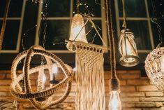 Detalhe de iluminação da decoração de casamento no Espaço Quintal. #weddingdecor #decoraçãodecasamento