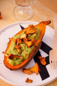 Gefüllte Süßkartoffel mit Avocadocreme + Pfifferlingen