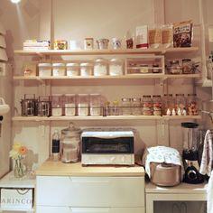 キッチンの壁面に広々収納