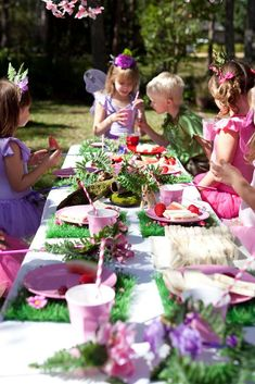 Forest fairy theme party - love the green placemats Garden Birthday, Fairy Birthday Party, Birthday Parties, 4th Birthday, Birthday Ideas, Enchanted Forest Party, Forest Fairy, Enchanted Garden, Ben Y Holly