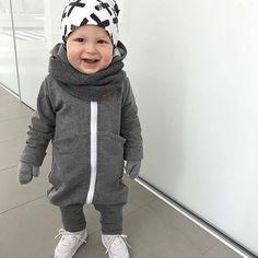 Tänä kesänä lasten pukemisessa tarvitaan luultavasti paljon erilaisia asusteita ja lämpöisempiäkin tyylejä. Tämä aurinkoinen poika hurmasi minut täysin, harmaa jumppis ja valkoiset lenkkarit! Love his style!! Sinulla on mahtava tyylisilmä Maria @mariasuikki  • • • #lovehisstyle #smile #stylishboy #kidsfashion #kidsclothes #kidsshoes #whiteshoes #lastenvaatteet #tyylikäs #poika #inspiraatio #kidsinspo #lastenkengät #valkoinen #harmaa #outfit #forboys #boysstyle #boysshoes