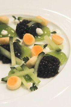 restaurant Les Ambassadeurs au Crillon Assiette de caviar, concombre en différentes textures, crème de citron et blinis