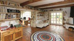 Přestavbou části stodoly na obytný prostor vznikla krásná obytná místnost s kuchyní a přímými vstupy na zahradu.