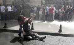 La voce del popolo.  Violenti scontri tra manifestanti e polizia hanno alzato la tensione in Turchia. (Reuters/Hannibal Hanschke)