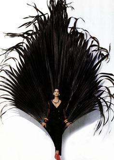 Fondazione Gianfranco Ferré / Collezioni / Donna / Prêt-à-Porter / 1993 / Primavera / Estate Fashion History, Fashion Art, Fashion Shoot, 90s Fashion, High Fashion, Feather Background, Mode Costume, Feather Fashion, Become A Fashion Designer