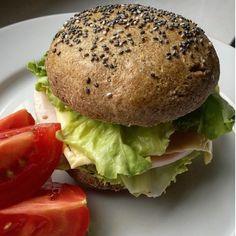 Hozzávalók: 250 g teljes kiőrlésű rozsliszt 1 cs. sütőpor 1 kk. só 50 g natúr joghurt 1 ek. olívaolaj 1 tojás kb. 1 dl víz Szóráshoz: chia mag/napraforgómag/tökmag Elkészítés: Minden hozzávalót egy tálba kimérünk, jól összedolgozzuk, majd vizes kézzel zsemle formájúra alakítjuk. Sütőp Salmon Burgers, Hamburger, Paleo, Bread, Ethnic Recipes, Food, Essen, Hamburgers, Beach Wrap