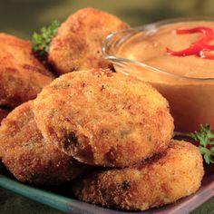 Potato and Ham Croquettes with Roasted Red Pepper Sauce - Crispy potato croquettes laced with bits of smoked ham are served with a creamy roasted red pepper sauce. Tapas, Roasted Red Pepper Sauce, Hot Appetizers, Everyday Dishes, Smoked Ham, Snack Recipes, Snacks, Portuguese Recipes, Portuguese Food