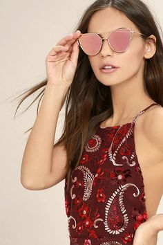 Everything has been on the up-and-up since the arrival of the Miss Blue Sky Rose Gold and Pink Mirrored Sunglasses! Metal rose gold frames have a modern design, while pink mirrored lenses shine in a cat-eye shape. Milan Fashion Weeks, New York Fashion, Teen Fashion, Fashion Tips, Fashion Spring, London Fashion, Runway Fashion, Fashion Trends, Rose Gold Mirrored Sunglasses