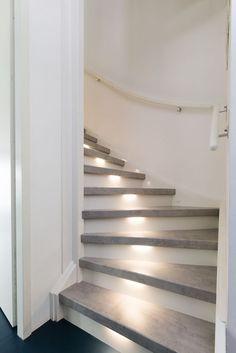 gezien bij vtwonen De trend van 2017 beton look. Open Trap, Escalier Design, Stair Makeover, Wooden Stairs, Stairs Vinyl, Stair Lighting, House Stairs, Home Upgrades, Staircase Design