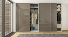 Model RIM, inovace ve výrazné úchytce   Model RIM představuje vysoce elegantní skříň s posuvnými dveřmi s inovativní hranovou úchytkou v plné délce křídla. U skříní s posuvnými dveřmi je veškerá konstrukce skryta za dveřmi. Žádné viditelné pojezdy či další elementy. Výsledkem je ničím nerušený vzhled dveřního křídla, kde vynikne samotný materiál laku či dřevodekoru.