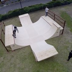 Building a bowl skateboard ramp. How to build bowled corners on a halfpipe. Turn your backyard into the ideal skate park set up. Skateboard Room, Skateboard Ramps, Skateboard Design, Scooter Ramps, Bmx Ramps, Skates, Backyard Skatepark, Mini Ramp, Hockey Bedroom
