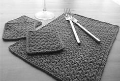 Here is a Place Mat and Coaster Set free crochet pattern to decorate your table. There are 10 Free Crochet Placemat Patterns. Crochet Diy, Crochet Amigurumi, Crochet Home, Crochet Crafts, Crochet Doilies, Crochet Projects, Crochet Stitch, Crochet Coaster, Crochet Geek