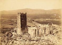Η αρχική φωτογραφία τραβήχτηκε το 1854 από τον Ρόμπερτσον Τζέιμς. Απεικονίζει τα Προπύλαια της Ακρόπολης και μερικούς ανθρώπους που στέκονται κοντά στην είσοδο. Ανάμεσα τους ξεχωρίζουν δύο άντρες π… Attica Athens, Athens Greece, Greece Pictures, Parthenon, Ancient Greece, Historical Photos, Fantasy Rpg, Old Photos, Monument Valley
