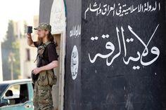 Online-Recherche: Blogger findet IS-Ausbildungslager:IS-Kämpfer in Syrien: Viele der militanten Islamisten fotografieren ihre Mitstreiter und Taten mit Smartphones. Über soziale Netze wie Twitter werden die Bilder verbreitet.