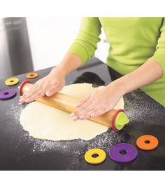 Um utensílio prático e versátil, o Rolo de Cozinha Ajustável da Joseph Joseph permite preparar todo o tipo de massas, obtendo facilmente a espessura desejada.