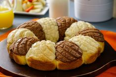 So that you do not fall behind in the best Mexican bread trends, we prepare this recipe for Rosca de Conchas that is made from the traditional chocolate or vanilla shell. This original presentation of Mexican Sweet Breads, Mexican Bread, Mexican Dinner Recipes, Mexican Pastries, White Velvet Cakes, Cookie Recipes, Dessert Recipes, Yeast Bread Recipes, British Baking