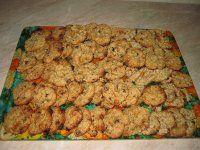 Ovesné sušenky: 2,5 hrnku ovesných vloček, 2 hrnky hl.mouky, 1 hrnek bílého cukru (stačí i 1/2), 1 hrnek hnědého cukru (stačí i 3/4), 1 hrnek másla (i rama,flora...), 2 vejce, 1KL (kávová lžička) PDP (prášku do peč.), 1 KL sody, 1a1/4 hrnku čokoládových bobků, 1 hrnek nasekaných ořechů (nemusí)