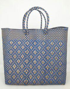 Hippe shopper L blauw goud. Deze handgemaakte ibiza stijl bohemian chique hippe shopper - tas is uniek en een lust voor het oog.  De hippe shopper - tas is van gerecycled kunststof en daarom water resistent, licht gewicht, kleurvast, hip en duurzaam.