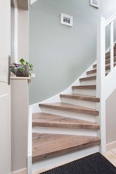 Opvallend decor waarin de zichtbare noesten het do Decoration Hall, Decoration Entree, Staircase Interior Design, Interior Design Living Room, Interior Architecture, Flur Design, Small Hallways, House Stairs, Entryway Stairs