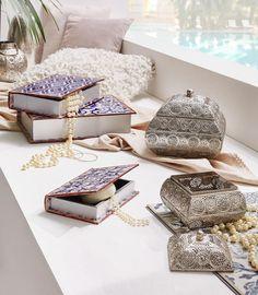 Auf die Details kommt es an! Diese Schmuckdose im orientalischen Stil bewahrt eure Schätze stilvoll auf. Auch die lilafarbenen Schachteln in Buchform eignen sich ideal, um Kleinigkeiten einen aufgeräumten Platz zu geben. Aber das allerbeste ist: Sowohl Schmuckdose als auch Schachtel ergänzen eure orientalische Einrichtung perfekt!