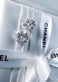 Gift Wrapping Ideas: Chanel Inspired Wrapping with rhinestone earrings as embellishment Estilo Coco Chanel, Mademoiselle Coco Chanel, Parfum Chanel, Mode Chanel, Chanel Chanel, Chanel Jewelry, Chanel Earrings, Rhinestone Earrings, Flower Earrings