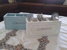 Caja de madera para llevar los cubiertos a la mesa. Blanco patinado o turquesa. Producto diseñado exclusivamente para KMAI.