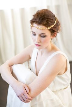 Beautiful gold, hand-made wedding halo by Victoria Millésime #littlebookforbrides #bridal #hair