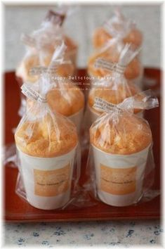 シフォンケーキは紙コップで作れるってご存知?型もいらず、難しい工程もないので初心者さんでも簡単!シェアしやすいのでパーティーにもぴったりです。ふわふわな「紙コップシフォンケーキ」を作ってみませんか? Japanese Bakery, Japanese Sweets, Bakery Packaging, Cookie Packaging, Sweets Recipes, Cake Recipes, Gift Cake, Bread Cake, Bakery Cafe