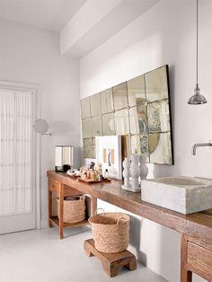 En el baño, altar chino, pica de mármol de Luzio y espejo azogado de Ateliers CSD. - AD España, © Montse Garriga