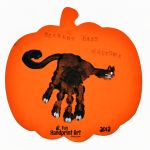 Make a simple 'Scaredy Cats Welcome' Halloween sign using a handprint to make a black cat! Kids will love helping decorate for Halloween with their craft! Halloween Food Crafts, Halloween Signs, Cute Halloween, Halloween Ideas, Fingerprint Crafts, Footprint Crafts, Babys 1st Halloween, Handprint Christmas Tree, Baby In Pumpkin