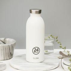Weiße, doppelwandige CLIMA Thermosflasche 0,5 L von 24Bottles. Die Edelstahlflasche hält Getränke bis zu 12h heiß und 24h kalt. #DKLB #24Bottles #24 Bottles # Trinkflasche #Thermosflasche #Isolierflasche #CLIMA #white #Edelstahl #Edelstahlflasche Water Bottle, Drinking Water Bottle, Product Photography, Cold, Flasks, Drinking, Water Bottles