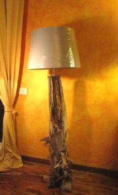 """Lampada """"Scultura"""" da terra realizzata con tronco raccolto su una spiaggia romana"""