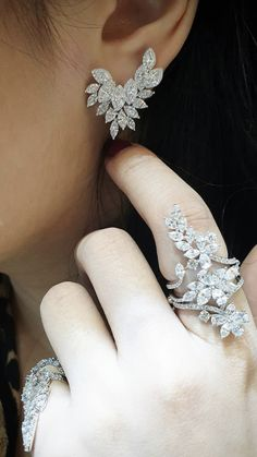 3982 best diamond jewellery images in 2019 Diamond Chandelier Earrings, Solitaire Earrings, Diamond Earing, Emerald Jewelry, Silver Jewelry, Stylish Jewelry, Fashion Jewelry, Hand Jewelry, Jewellery Diy