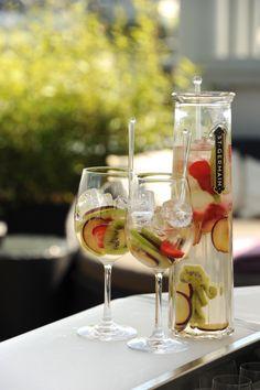 Sommerlich erfrischend und einfach lecker - Cocktails auf der Atmosphere Rooftop Bar im Ritz Carlton Vienna! #cocktails #dachterrasse #rooftop White Wine, Alcoholic Drinks, Mood, Bar, Glass, Roof Deck, Champagne, Drinkware, Alcoholic Beverages