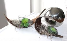 – Coconut leaf as table decoration! Coconut leaves decorated with artificial moss, artificial succulents and a heart! Price – With tealight glass € - Diy Coconut Leaves, Palm Fronds, Artificial Succulents, Tea Lights, Greenery, Easy Diy, Table Decorations, Terrarium, Glass