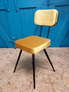 mustard yellow velour dining chair elegant contemporary chic Kitchen Chairs, Dining Chairs, Dining Table, Chaise Velour, Studio Furniture, Office Table, Mustard Yellow, Console Table, Industrial Style