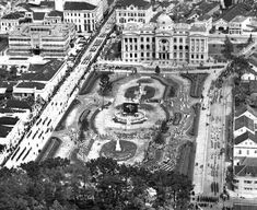 Desfile de 7 de setembro na rua XV. Prédio da UFPR e praça Santos Andrade - 1938
