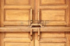 82671890-closed-wooden-door-with-ancient-locking-bar-traditional-wooden-door-latch.jpg (450×300)