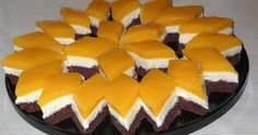 Geniálne FANTA rezy s tvarohovou náplňou: Kto neochutná, môže ľutovať! Romanian Desserts, Romanian Food, Dessert Drinks, Dessert Recipes, Eclairs, Sweet Cakes, Sweet And Salty, Something Sweet, Cupcake Cakes