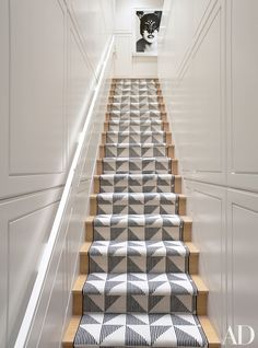 Modern Stairs With Carpet design ideas chic modern stair runner contemporary Source: website curving stair runner modern staircase ottaw. Staircase Runner, House Staircase, Staircase Design, Staircase Ideas, Narrow Staircase, Staircase Remodel, Staircase Makeover, Craftsman Staircase, Paneling Makeover