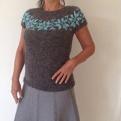 Nyt #design fra #annemaachdesign #bluse #blouse #håndstrikket #handknitted in #icelandic #wool #islandsk uld med #stjerner i #bomulds #boucle #sale #www.frustrik.dk