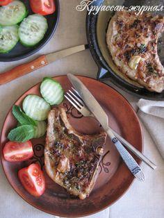 Ароматные и нежные, свиные отбивные на косточке, — простой и вкусный ужин, который особенно оценят мужчины. Рецепт родом с севера Франции, Нормандии. Хорошо, если для приготовления этого блюда вы найдёте самые лучшие продукты: настоящий нормандский сидр   и качественное мясо.