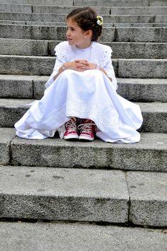 LA COMUNIÓN DE MAMU-This is so cute! The red Converse under her pretty dress!