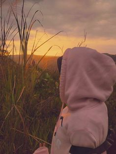 When the sunset is coming. The happiness is up. Aesthetic Photo, Aesthetic Girl, Aesthetic Pictures, Hijabi Girl, Girl Hijab, Cute Girl Photo, Girl Photo Poses, Girl Pictures, Girl Photos
