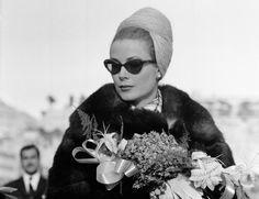 1962 Los turbantes casi comenzaron con ella cuando en 1962 los llevaba en casi todos sus eventos oficiales.
