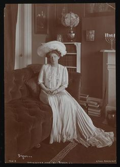 American Gilded Age image of famous NYC actress, Ethel Barrymore. c.1902. (Byron & Co. NY - photograph) She was the Grand-Aunt of modern day actress, Drew Barrymore. ~ {cwl} ~ (Image/collection: MCNY)